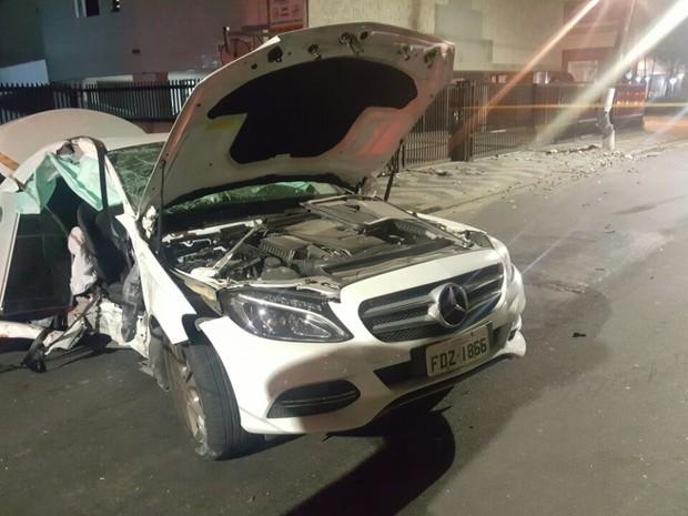 Veículo ficou destruído após colisão (Foto: G1)