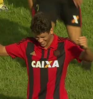 João comemora golaço com a camisa do Sport (Foto: Reprodução SporTV)