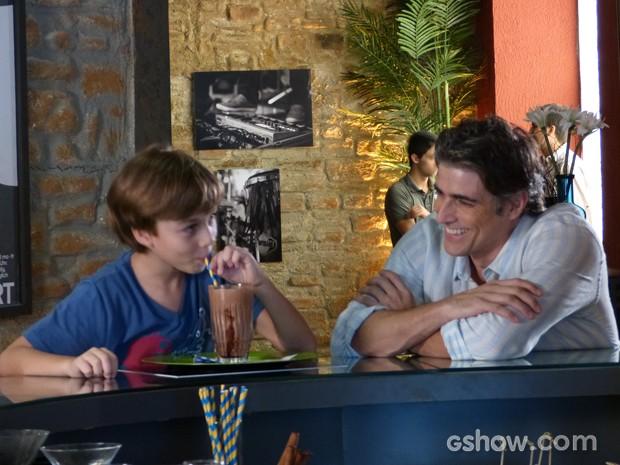 Ivan toma milk shake enquanto tem conversa de adulto com o pai (Foto: Em Família / TV Globo)