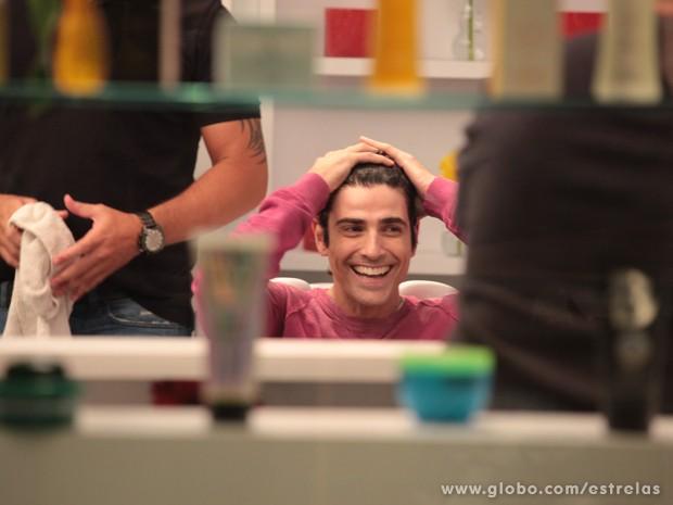 Reynaldo Gianecchini minutos antes de mudar os fios (Foto: TV Globo/Estrelas)
