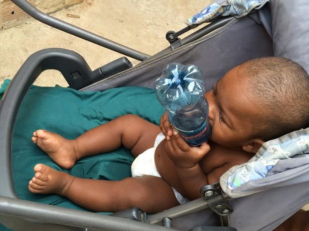 Kauã brinca com garrafa de água mineral no carrinho (Foto: Flávia Mantovani/G1)