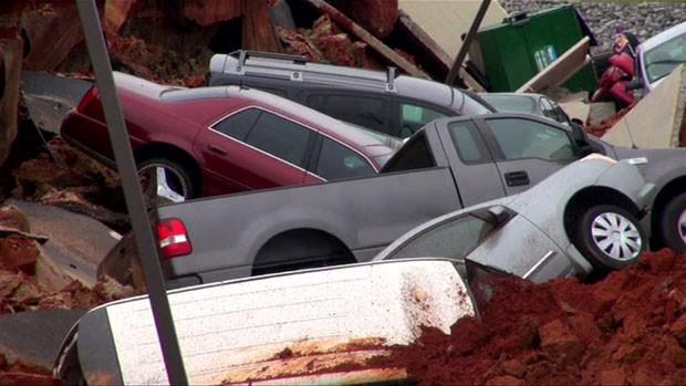 Uma imensa cratera se abriu no estacionamento de um restaurante e engoliu diversos carros nos Estados Unidos (Foto: BBC)