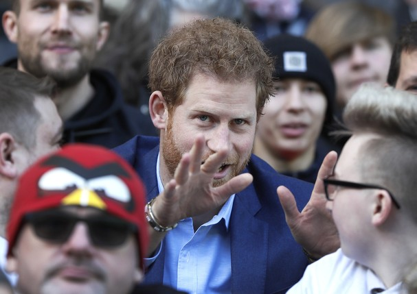 LONDON, ENGLAND - FEBRUARY 17: Britain's Prince Harry speaks with people from the RFU Try for Change programme during a visit to an England Rugby Squad training session at Twickenham Stadium on February 17, 2017 in London, England. In his new role as Patr (Foto: Getty Images)