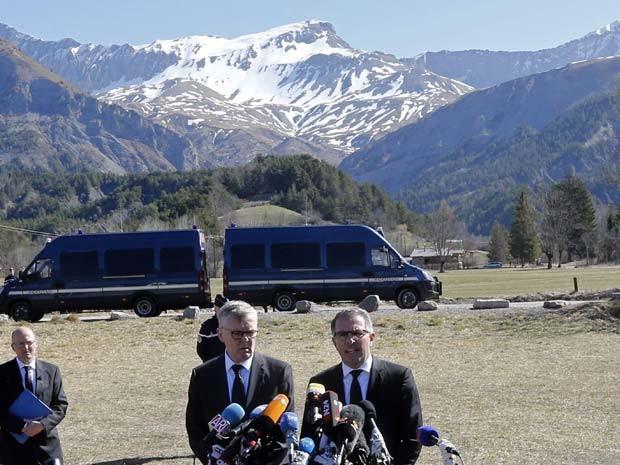 Diretores da Lufthansa, Carsten Spohr, e da Germanwings, Thomas Winkelmann, falam à imprensa nesta quarta-feira (1º) em Le Vernet, vila perto do local da queda do avião da Germanwings (Foto: REUTERS/Jean-Paul Pelissier)
