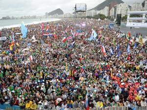 Peregrinos de vários países enchem praia de Copacabana para cerimônia de abertura da Jornada Mundial da Juventude (Foto: Tasso Marcelo/AFP)