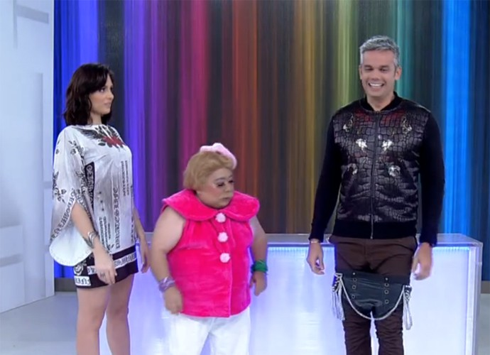 Otaviano Costa tenta experimentar cuecão de couro que ganhou de Pitbitoca (Foto: Vídeo Show / TV Globo)