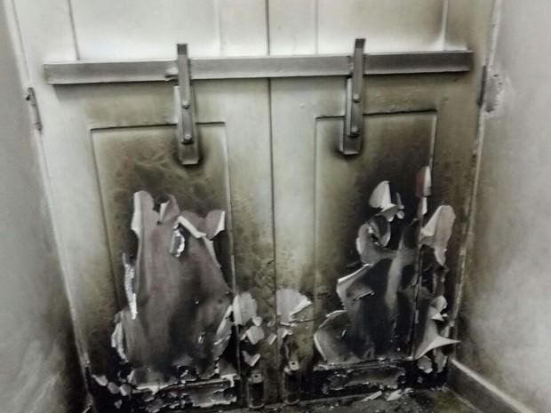 Bandidos tentaram incendiar portas na entrada da Prefeitura, mas vigilante apagou o fogo (Foto: Divulgação / PM)