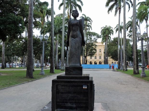 Monumento aos Heróis de 1817, na Praça da República (Foto: Débora Soares/G1)