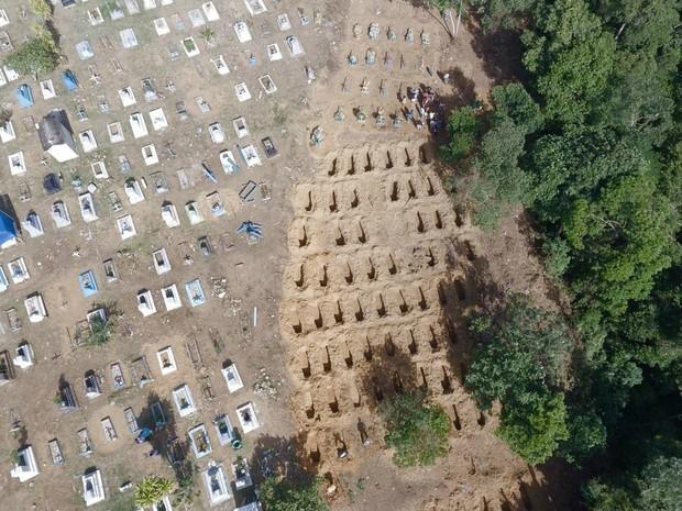 Imagem mostra cemitério onde presos estão sendo enterrados (Foto: Orlando Júnior/Rede Amazonica)