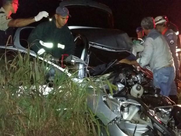 Carro ficou destruído em acidente na MG-410 (Foto: Luiz André Amaral/Arquivo Pessoal)