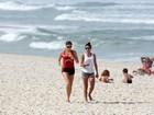 Grazi Massafera se exercita com Anna Lima e brinca com Sofia na praia