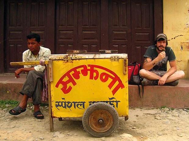Mayke experimenta o picolé exótico do Nepal; o sabor ele não sabe, mas custou só R$ 0,25  (Foto: Arquivo Pessoal / Mayke Moraes)