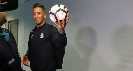 com a  bola toda (Eduardo Moura/GloboEsporte.com)