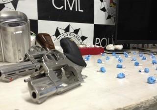 Armas, munições e drogas prontas para venda também foram apreendidas (Foto: Divulgação Polícia Civil)