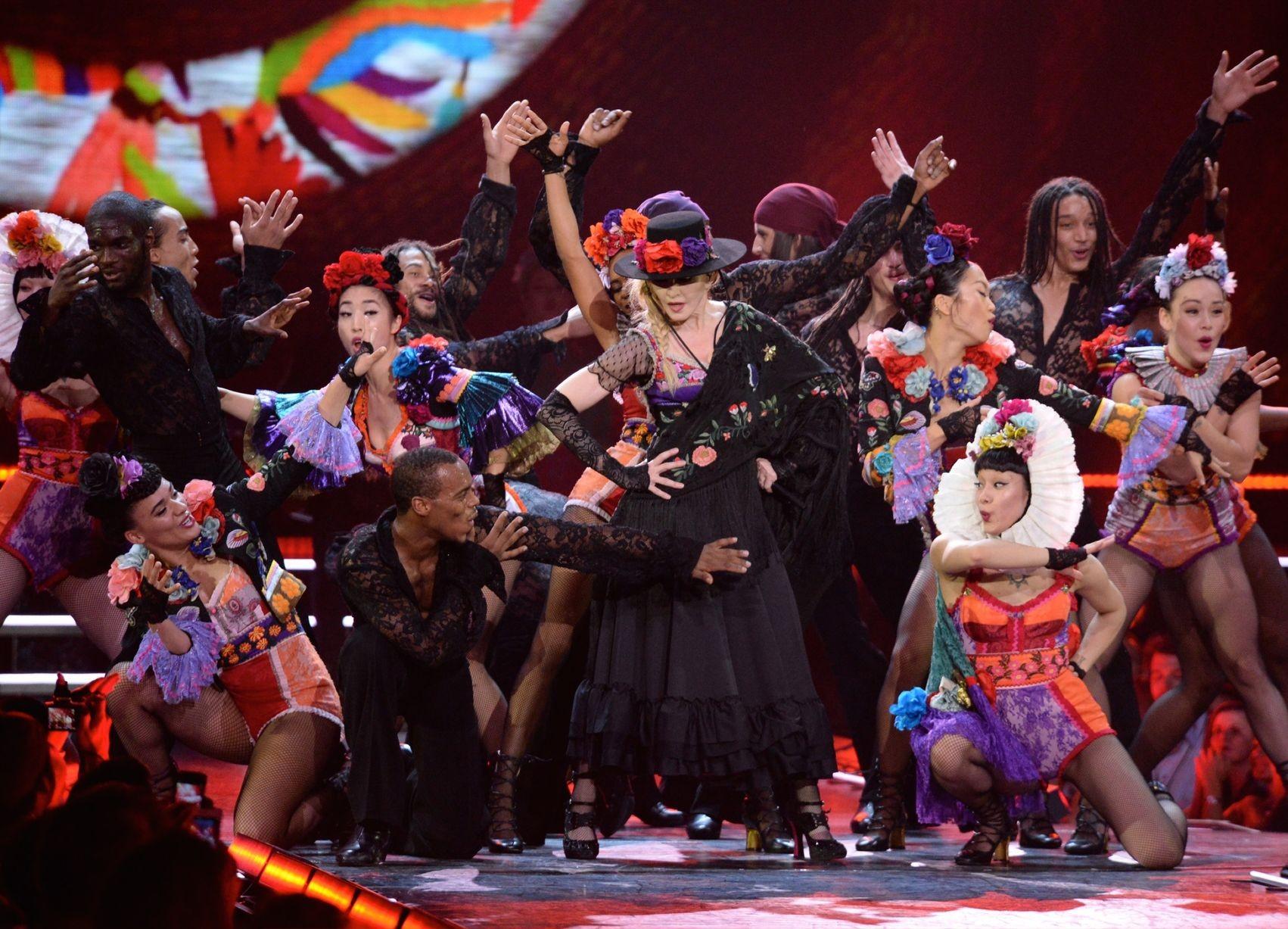 O figurino de Madonna na estreia da turnê de Rebel Heart