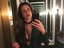 Luciana Gimenez faz selfie e posa poderosa com blusa super decotada
