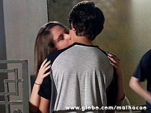 Clara tasca um beijão em Vitor (Foto: Malhação / TV Globo)