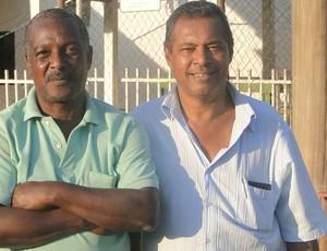Antônio Lelis, ex-jogador e ex-presidente do Cruzeiro de Honório Bicalho (direita), ao lado do zelador Antônio Carlos (Foto: Gabriel Medeiros / Globoesporte.com)