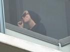 Miley Cyrus fuma cigarro suspeito em varanda de hotel