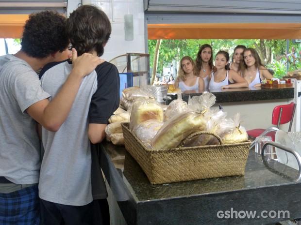 Elas tiram satisfação com os meninos, mas se dizem felizes com a armação (Foto: Malhação / TV Globo)