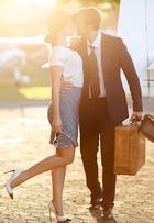 Max Fercondini e Amanda Richter posam em avião antes de aventura