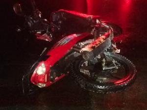 Motocicleta envolvida em acidente na BR-232 em Sanharó, Agreste de Pernambuco (Foto: Divulgação/ PRF)