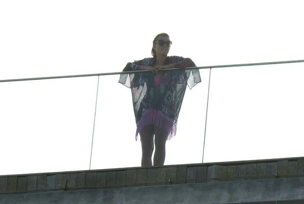 Collen Ronney, mulher do jogador Wayne Rooney, em  hotel (Foto: Henrique Oliveira e Delson Silva / AgNews)