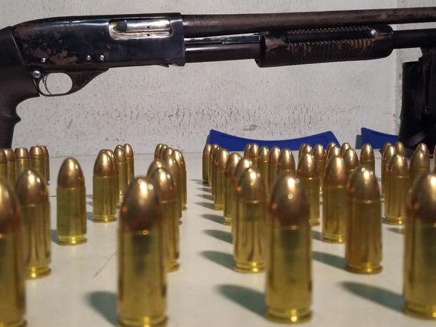 Polícia prende suspeito de comercializar armas no Aglomerado da Serra, em BH (Foto: Leandro Máximo/TV Globo)