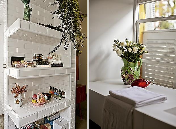 Feitas de concreto armado, as prateleiras são revestidas de cerâmica Liverpool White, da Portobello, e ficam no banheiro da suíte | A bancada de Corian abriga o vaso de porcelana com flores. Janelas proporcionam a vista para as árvores (Foto: Victor Affaro/Editora Globo)