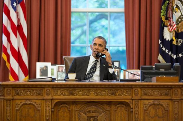 O presidente dos EUA, Barack Obama, durante telefonema para seu colega iraniana Hassan Rohani, nesta sexta-feira (27), em seu gabinete na Casa Branca (Foto: AFP/Casa Branca)