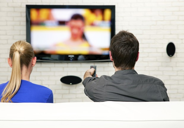Casal assistindo TV; televisão; propaganda; sofá (Foto: Thinkstock)