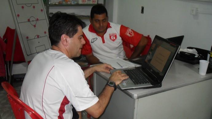 Leston Júnior e Albano Pedrosa, técnico e analista tático do Guarani-MG (Foto: Cleber Corrêa)