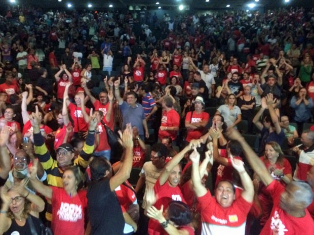 Proposta do Sintepe foi aprovada após votação acirrada (Foto: Vitor Tavares/G1)