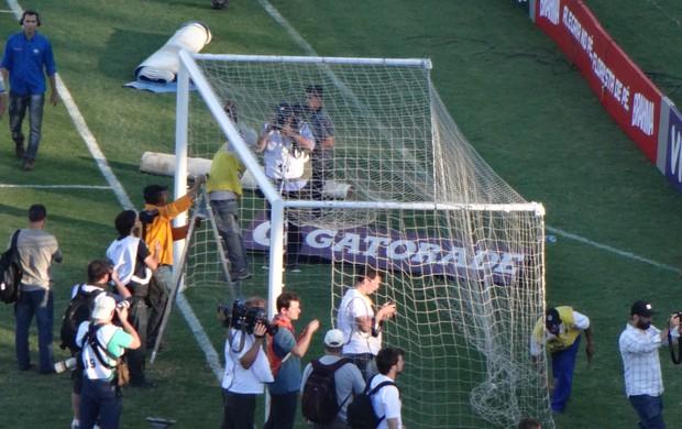 Funcionário retira rede das goleiras do Olímpico (Foto: Hector Werlang/Globoesporte.com)