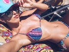 Tatiele Polyana exibe a cinturinha em foto de biquíni
