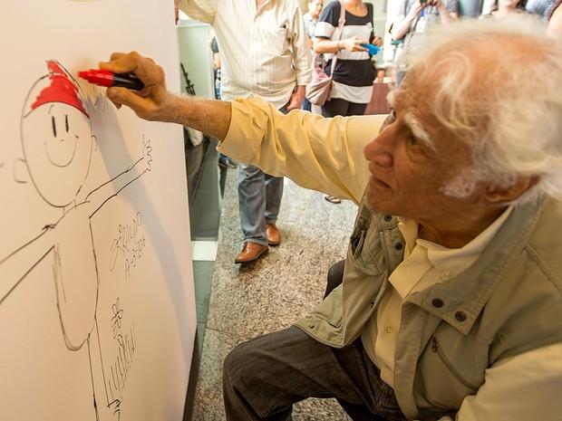 O cartunista Ziraldo desenha o Pererê, um de seus principais personagens, que é tema de exposição na Caixa Cultural de Brasília (Foto: Flavio Silva/Divulgação)
