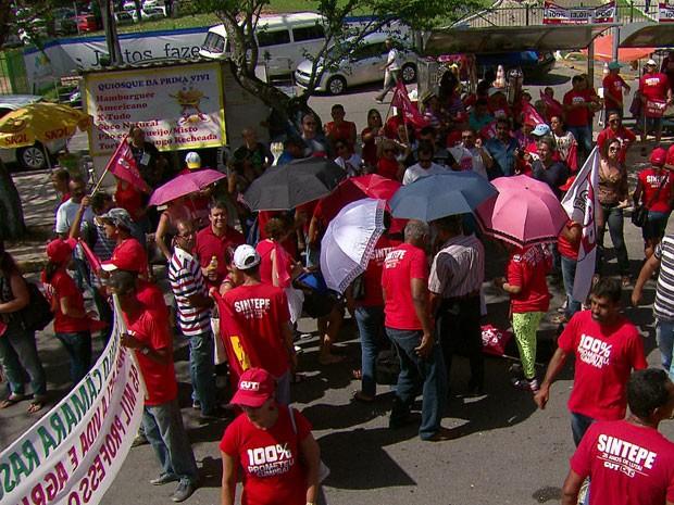 Dezenas de professores participaram (Foto: Reprodução/TV Globo)