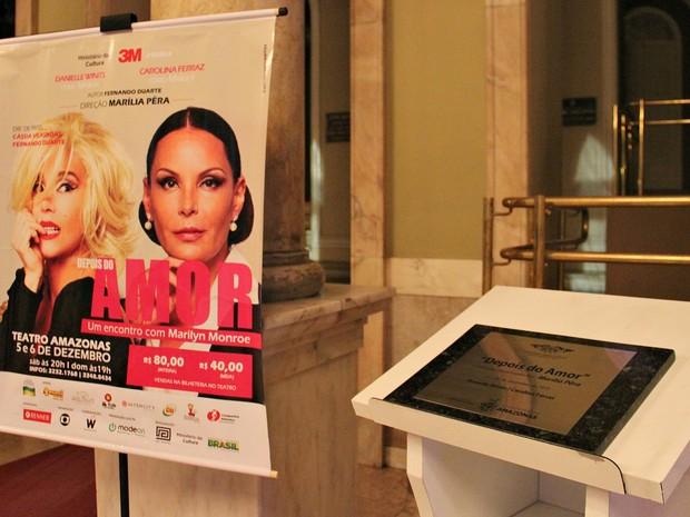 Marília Pêra recebeu homenagem na porta do Teatro Amazonas durante estreia da peça (Foto: Indiara Bessa/G1 AM)