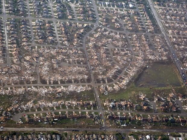 Imagens aéreas mostra o estrago causado pelo tornado que passou por Moore, em Oklahoma, nos Estados Unidos. (Foto: Steve Gooch/AP)