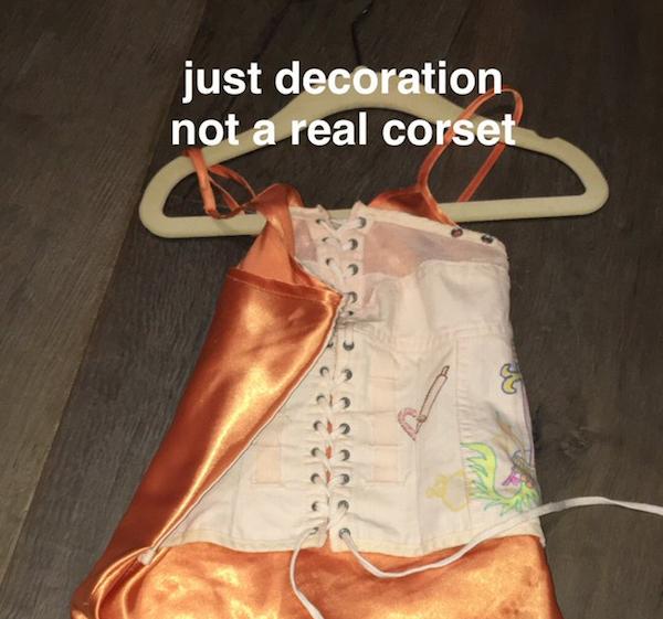 A foto compartilhada por Kim Kardashian justificando a vestimenta colocada por ela em sua filha (Foto: Twitter)