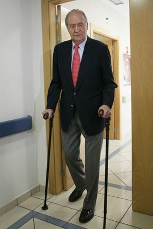 O rei Juan Carlos da Espanha deixa o hospital nesta quarta-feira (18) em Madri (Foto: AFP)