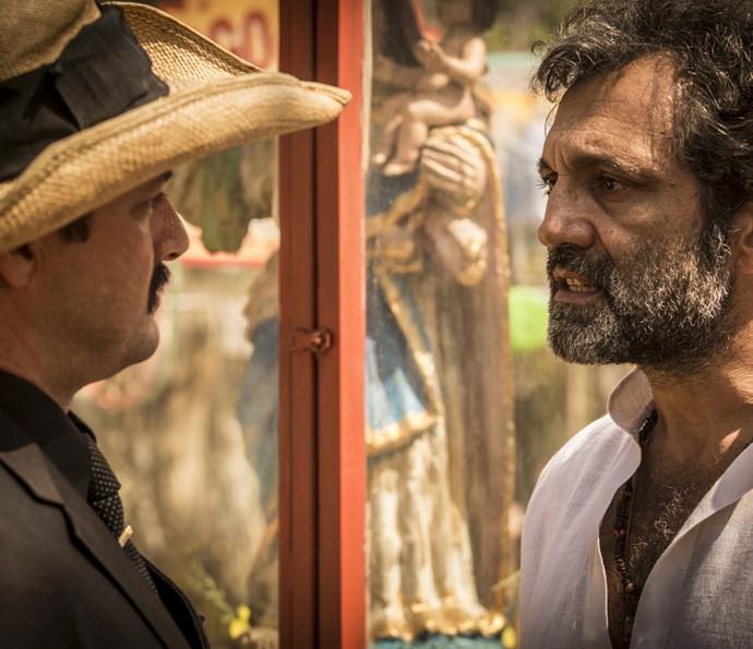 Carlos e Santo se enfrentam (Foto: Inácio Moraes/Gshow)