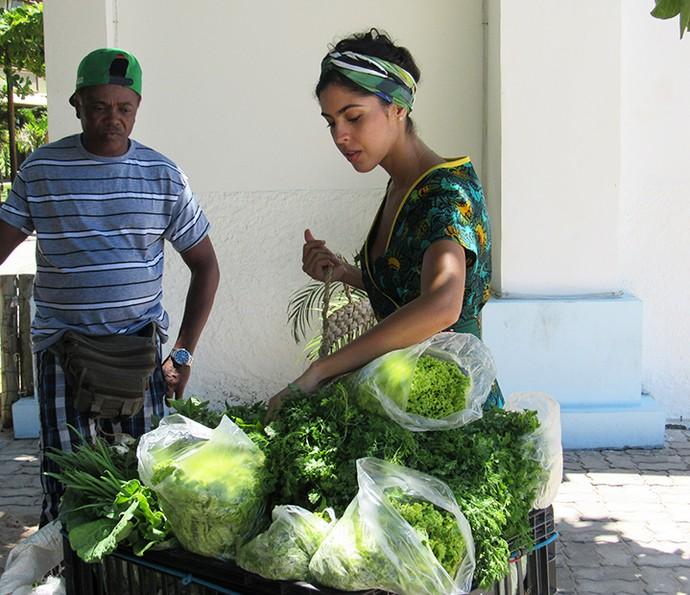 Bela Gil escolhe verduras para cuidar da alimentação (Foto: Nathália Gomes/Gshow)