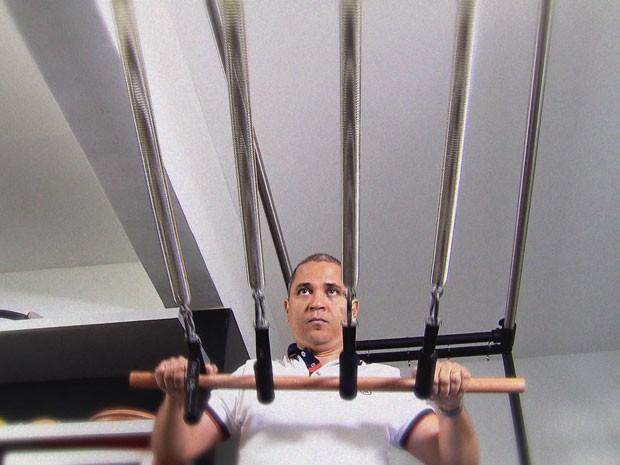 Professor Beraldo Neto ensinou física na aula de pilates (Foto: Reprodução / TV Globo)