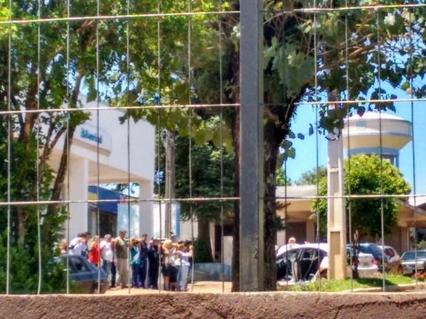 Clientes e funcionários fizeram escudo humano em frente a Banrisul de Miraguaí (Foto: Arquivo Pessoal)