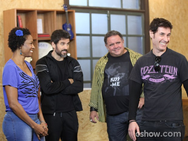 Dinho se diverte com os atores da trama (Foto: Camila Camacho / TV Globo)