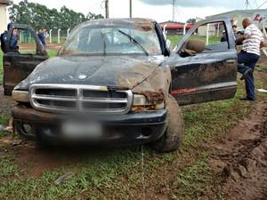 Suspeitos de roubo fogem e capotam caminhonete em MS (Foto: Misael dos Reis/ TV Morena)