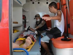 Surfista foi atendido pelo Corpo de Bombeiros ainda na praia e levado para o Hospital de Trauam de João Pessoa (Foto: Walter Paparazzo/G1)