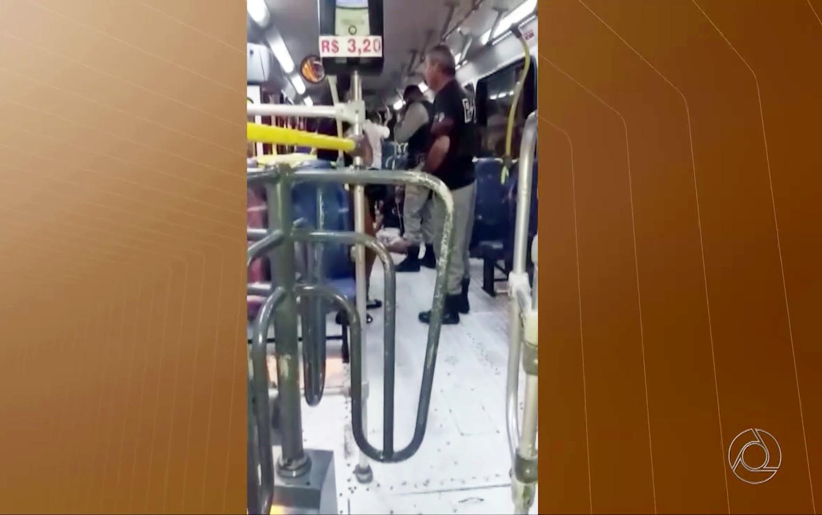 Mulher e adolescente foram baleados em assalto dentro de ônibus da linha 110, em João Pessoa (Foto: Reprodução/TV Cabo Branco)