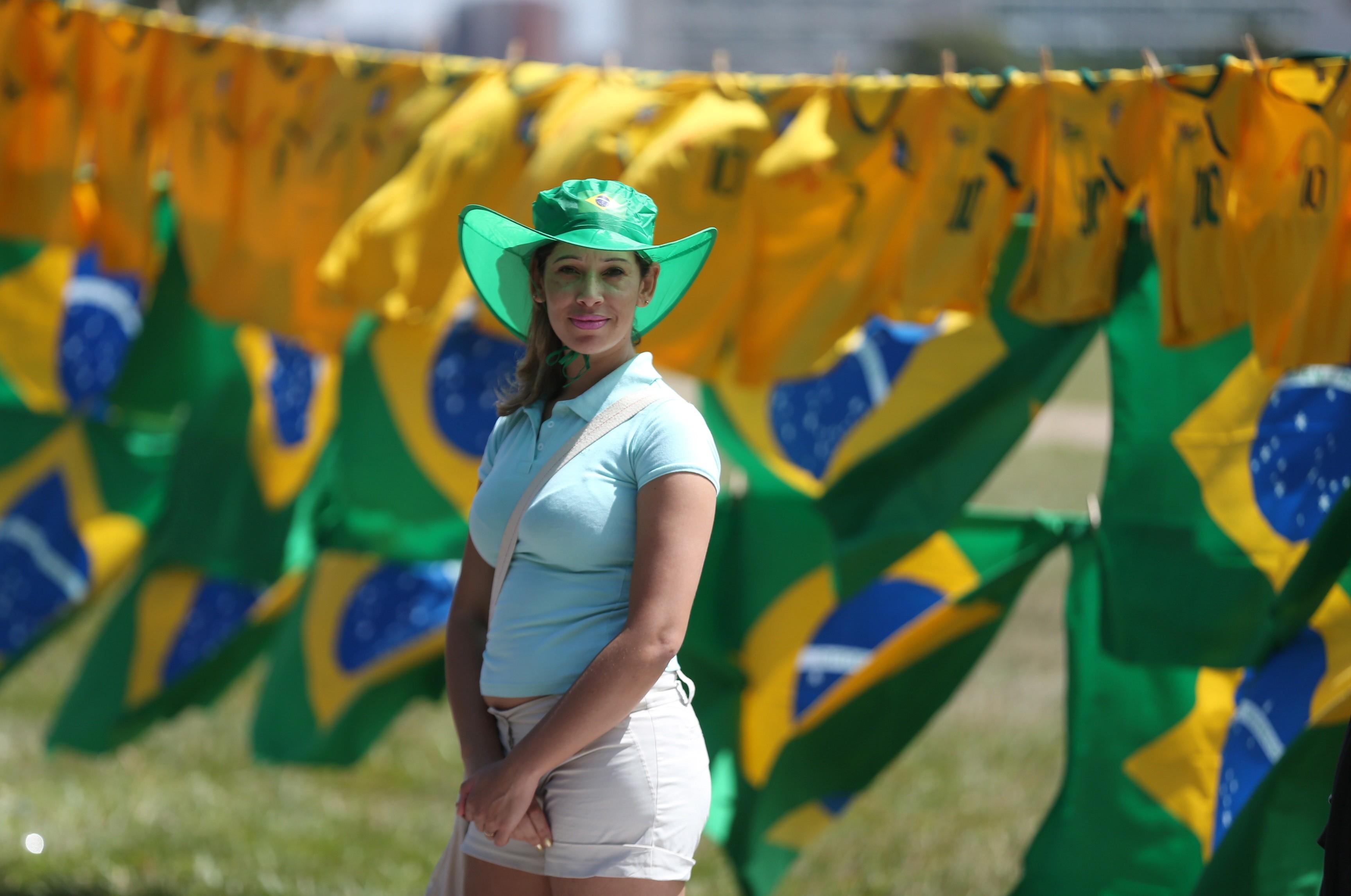 Manifestante pró impeachment se veste de verde e amarelo
